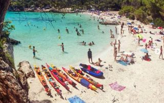 kayaks en cala turqueta, la cala mas conocia de Menorca