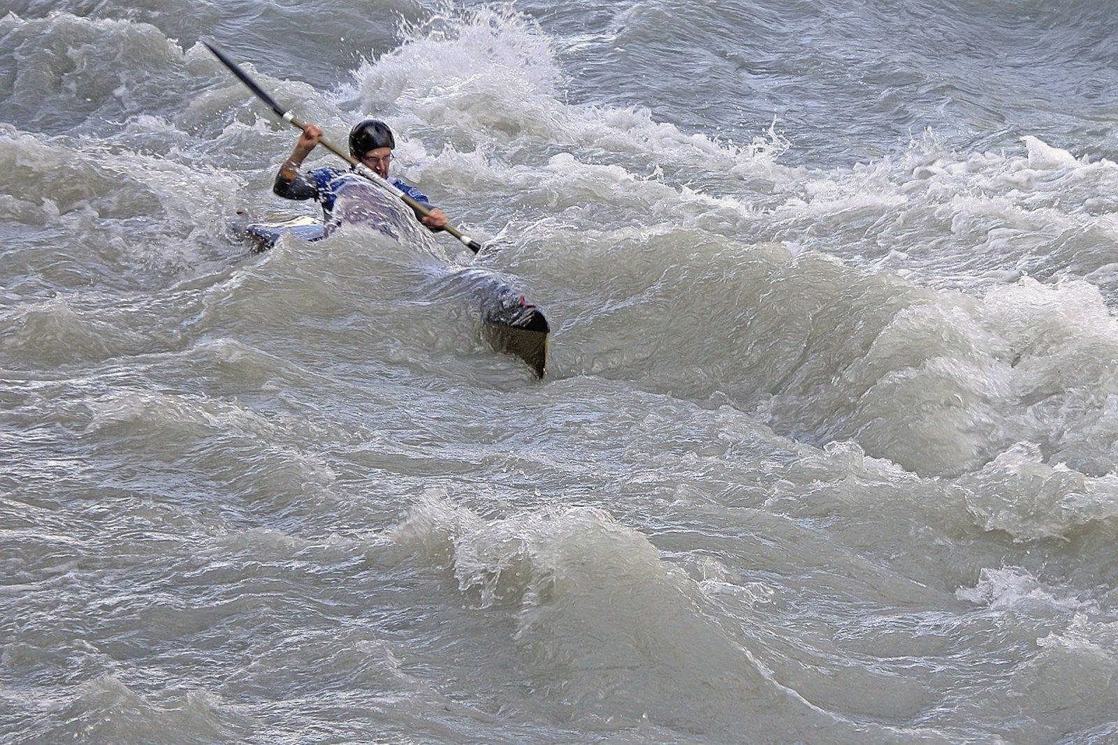 Kayak con oleaje